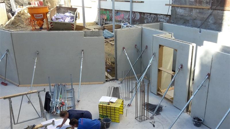 Die Betonwände im Kellergeschoss werden aufgestellt.