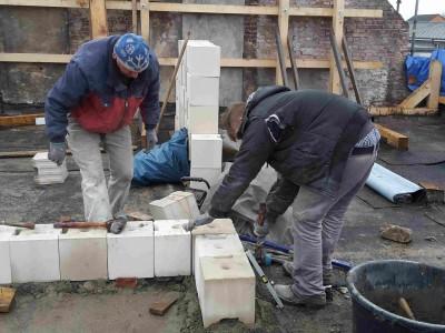 Der Azubi lernt das Mauerhandwerk