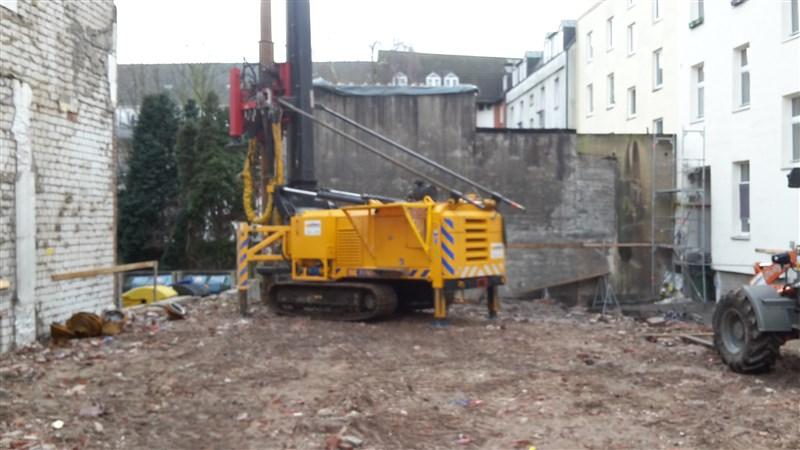 Der erste Pfahl für den Neubau wird erstellt.