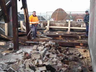 Die Abbrecher des Dachgeschosses haben fast ihr Werk vollendet