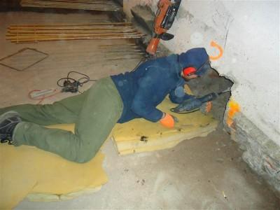 Die Löcher für die Betonzapfen in den Außenwänden werden gestemmt