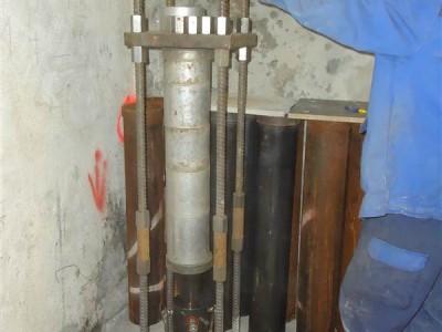 Der Pfahlgründer presst einen der 95 Pfähle mit einer Hydraulikpresse in den Boden
